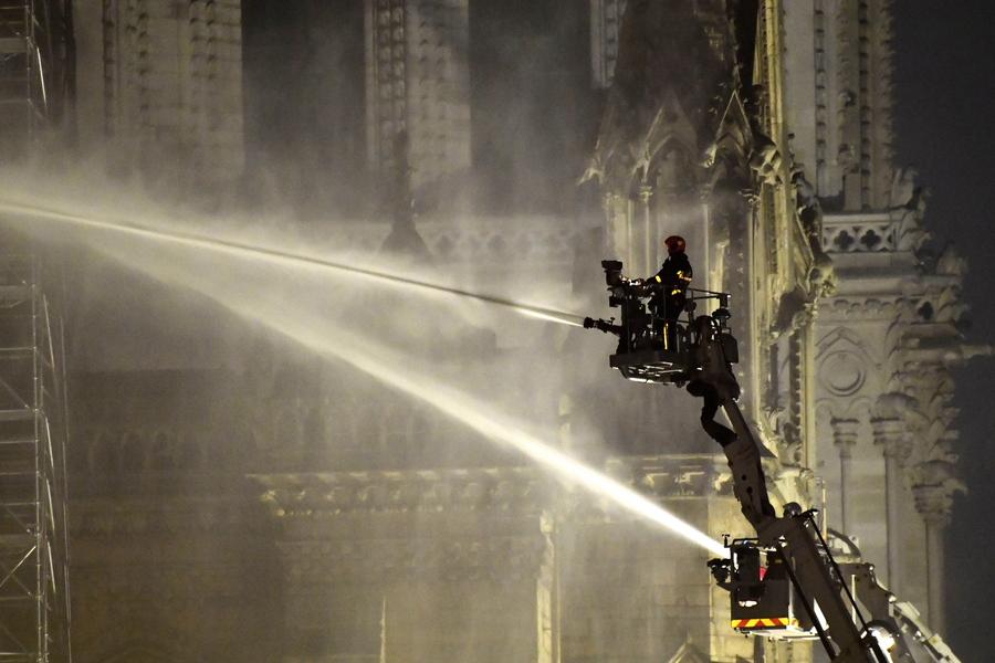 Ενας από τους 500 πυροσβέστες που πάλευαν όλο το βράδυ για να θέσουν υπό έλεγχο τη φωτιά