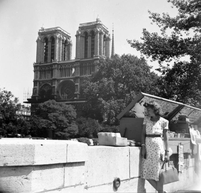 Καλοκαίρι 1939. Βόλτα στην Quai de Montebellο με φόντο τον ναό