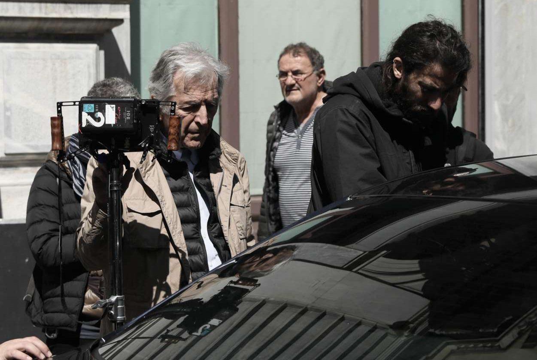 Ο Γαβράς επιθεωρεί τη σκηνή της άφιξης του πρωθυπουργικού οχήματος