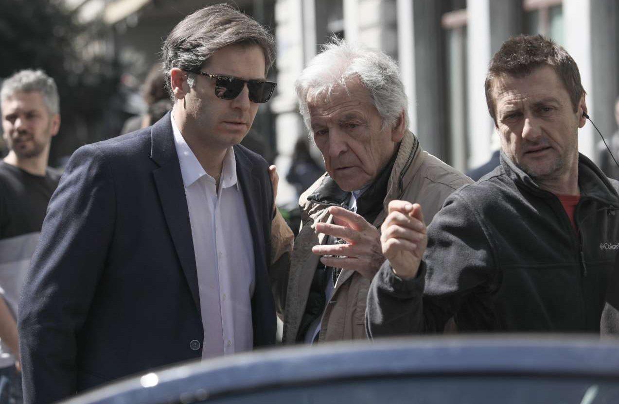 O Kώστας Γαβράς καθοδηγεί τον Αλέξανδρο Μπουρδούμη, ο οποίος υποδύεται τον Αλέξη Τσίπρα