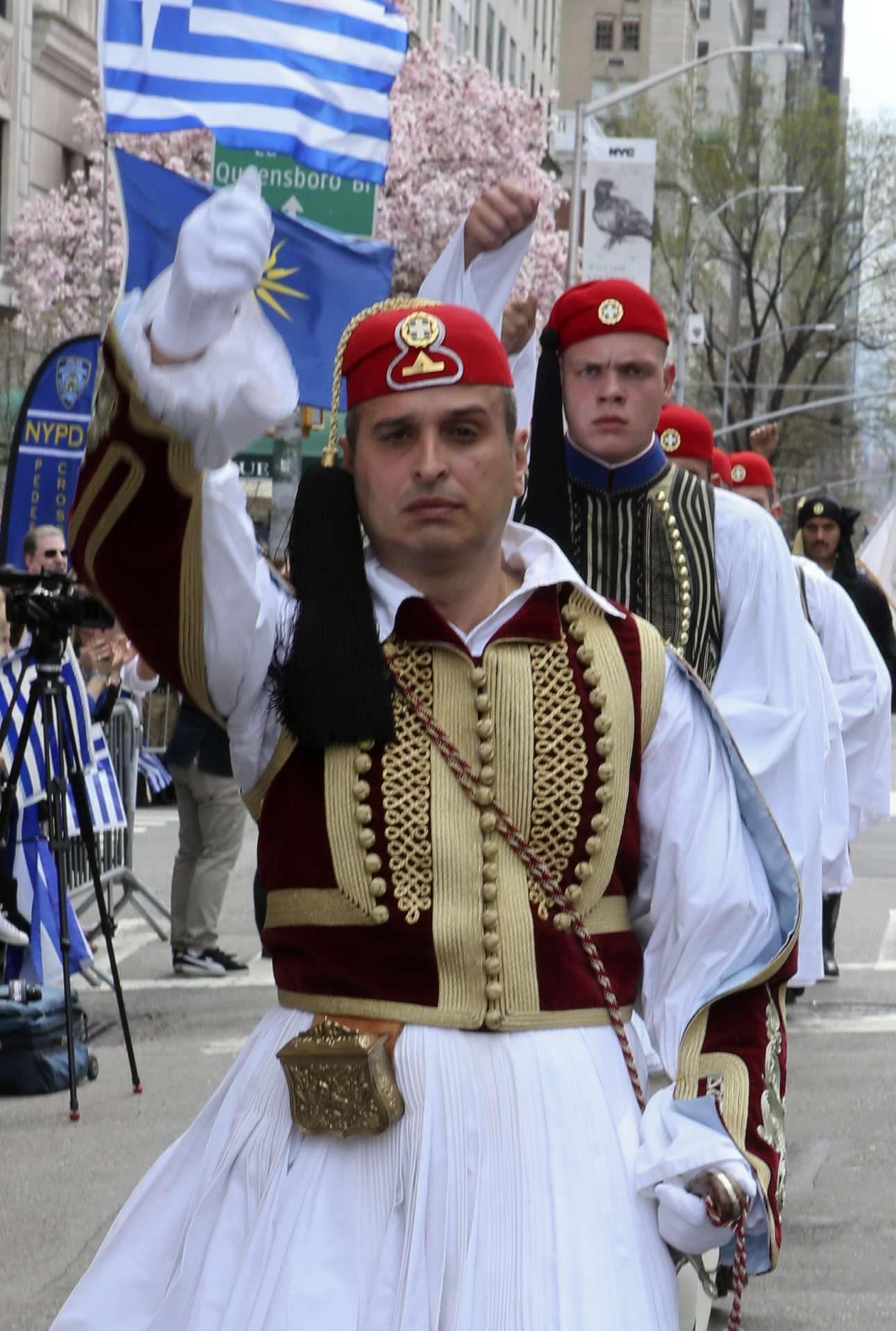 Στην παρέλαση ακούγονταν συνθήματα για την ελληνικότητα της Μακεδονίας...