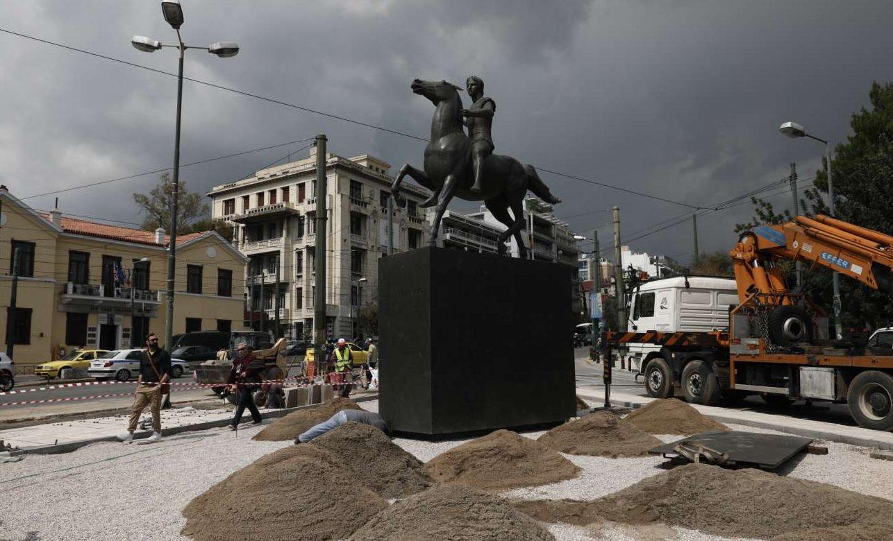 To άγαλμα κατά τις εργασίες τοποθέτησής του στη συμβολή των οδών Βασ. Ολγας και Αμαλίας, την Τετάρτη 17 Απριλίου