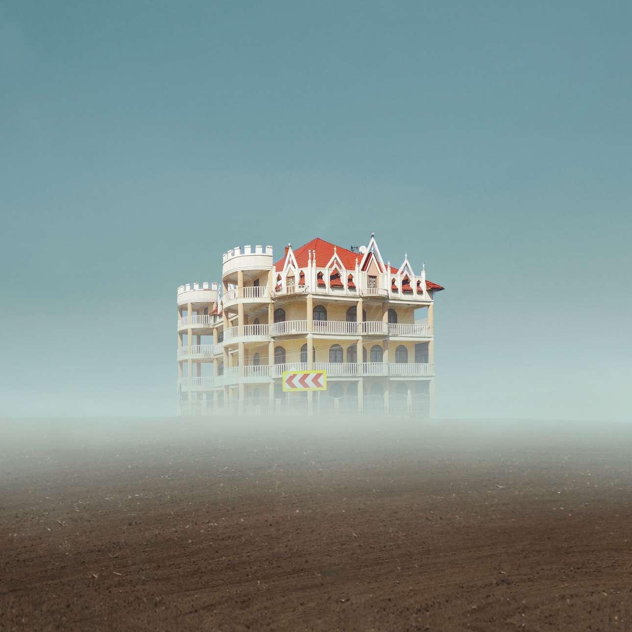 Η Φελίτσια Σιμιόν παρατηρεί τη μίξη της νέας με την παραδοσιακή αρχιτεκτονική που συμβαίνει τελευταία στη Ρουμανία. Επειτα απομονώνει τα σπίτια και τα τοποθετεί σε ένα φυσικό περιβάλλον, εξετάζοντας τον ρόλο τους σήμερα