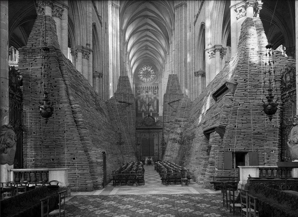 B' Παγκόσμιος Πόλεμος. Αμέτρητοι σάκοι με άμμο έχουν τοποθετηθεί προκειμένου να προστατεύσουν τον ναό από τους βομβαρδισμούς