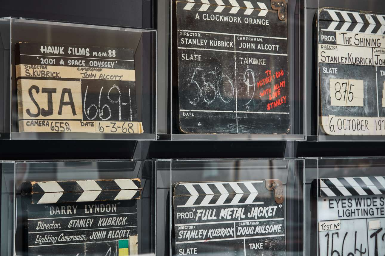 Οι κλακέτες του Κιούμπρικ από τις πιο γνωστές του ταινίες. Η κλακέτα από «Το Κουρδιστό Πορτοκάλι» (κέντρο, επάνω σειρά) έχει και αφιέρωση του σπουδαίου σκηνοθέτη στους γονείς του