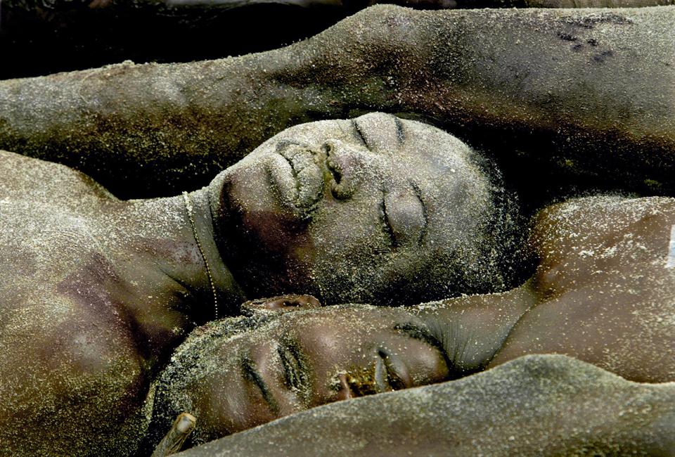 Δεκάδες πτώματα σε μαζικό τάφο στα περίχωρα της Μονρόβια, στη Λιβερία το 2003