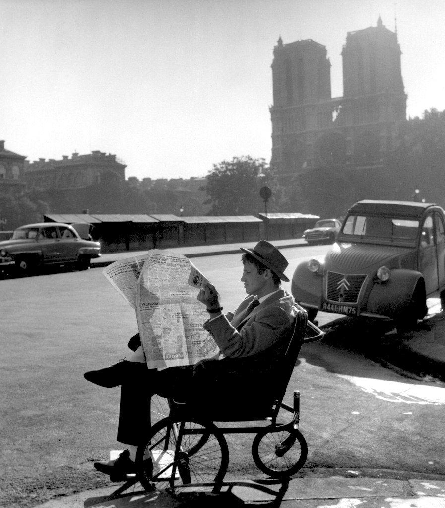 O Ζαν-Πολ Μπελμοντό διαβάζει την εφημερίδα του στο διάλειμμα των γυρισμάτων του φιλμ «Με κομμένη την ανάσα» του Ζαν-Λυκ Γκοντάρ.