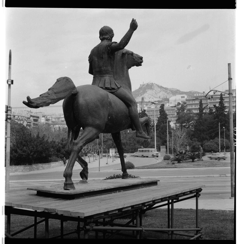 Το έφιππο μπρούτζινο γλυπτό του Μεγάλου Αλεξάνδρου στον προαύλιο χώρο της Εθνικής Πινακοθήκης κατά τη διάρκεια της έκθεσης, το 1992