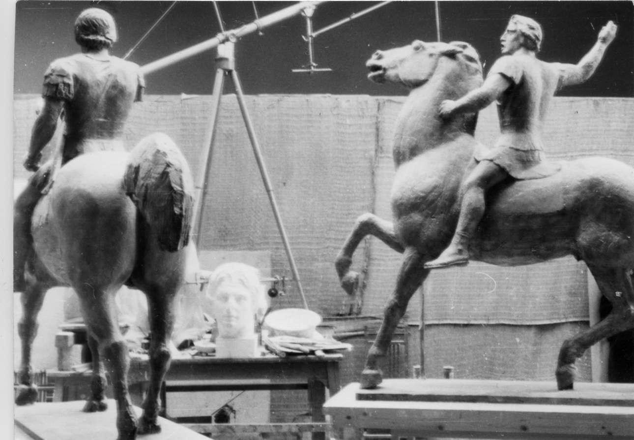 Πόσα αντίγραφα γεννούν το ένα και μοναδικό πρωτότυπο; Γύψινη μελέτη και γύψινη μακέτα για το γλυπτό του Μεγάλου Αλεξάνδρου στο εργαστήριο του καλλιτέχνη στου Ζωγράφου. (Φωτογραφία Γιάννη Παππά)