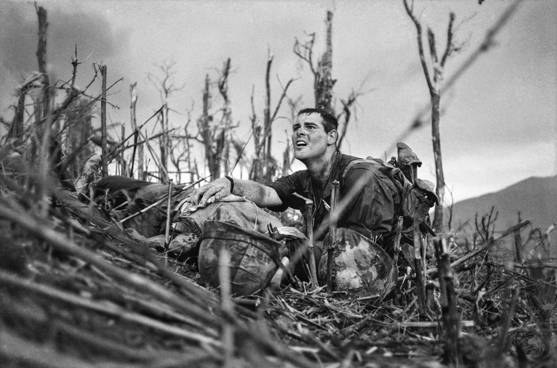 Βιετνάμ, Απρίλιος - Μάιος του 1967: o αμερικανός αξιωματικός του Ναυτικού Βέρνον Γουάικ μαζί με έναν ετοιμοθάνατο πεζοναύτη στην Μάχη του Λόφου 881, κοντά στο Κε Σαν
