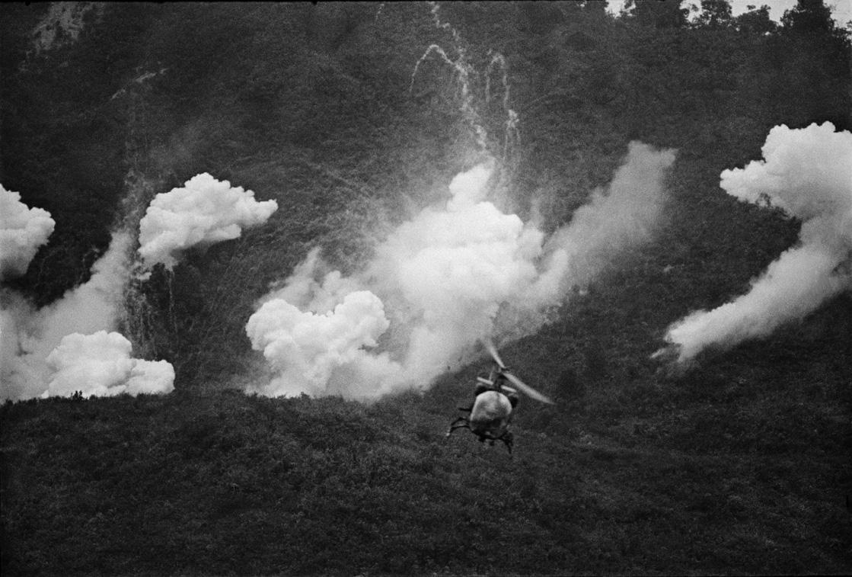 Αμερικανικό ελικόπτερο βομβαρδίζει τους ορυζώνες στο Δέλτα του Μεκόνγκ στο Βιετνάμ, τον Ιανουάριο του 1967