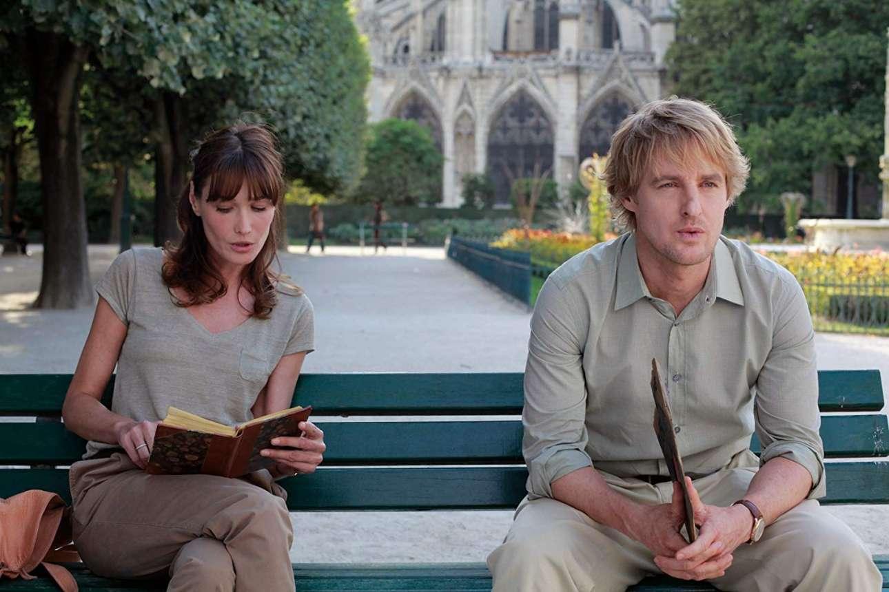 O Οουεν Ουίλσον και η Κάρλα Μπρούνι σε μια χαρακτηριστική σκηνή του εξαιρετικού φιλμ του Γούντι Αλεν «Midnight in Paris» (2011)