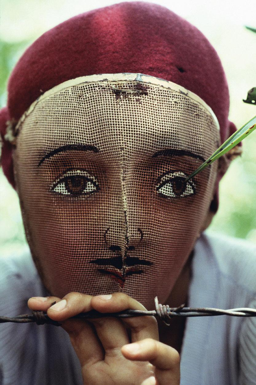 Νικαράγουα, 1978. Αντικυβερνητικοί φορούν παραδοσιακές ινδικές μάσκες στην πόλη Μονιμπό για να κρύψουν την ταυτότητα τους κατά τη διάρκεια του αγώνα τους εναντίον του δικτάτορα Αναστάσιο Σομόζα