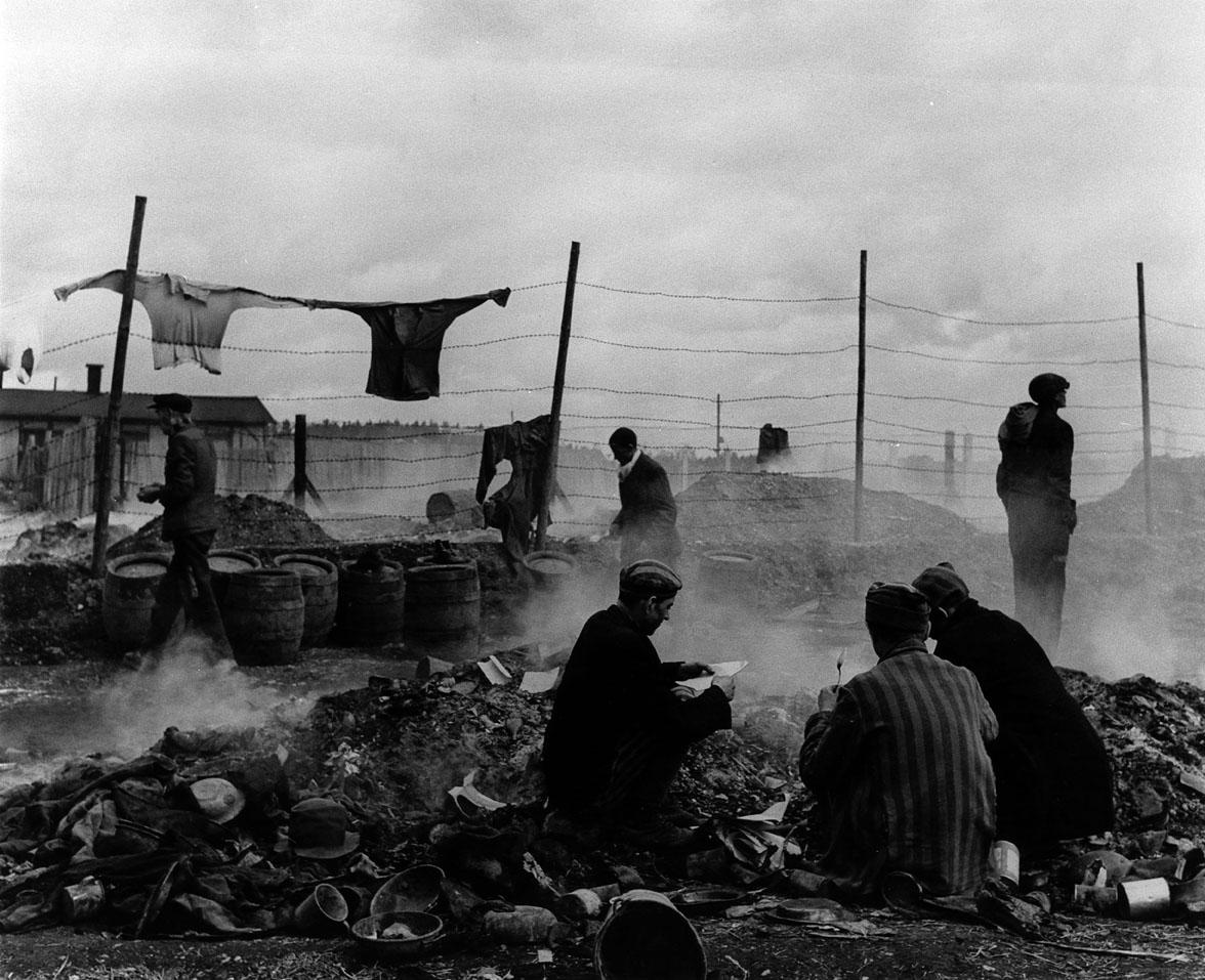 Γερμανία, 1945. Απελευθερωμένοι κρατούμενοι ψάχνουν τα σκουπίδια έξω από το στρατόπεδο συγκέντρωσης του Νταχάου στη Γερμανία, αναζητώντας τροφή και ρούχα