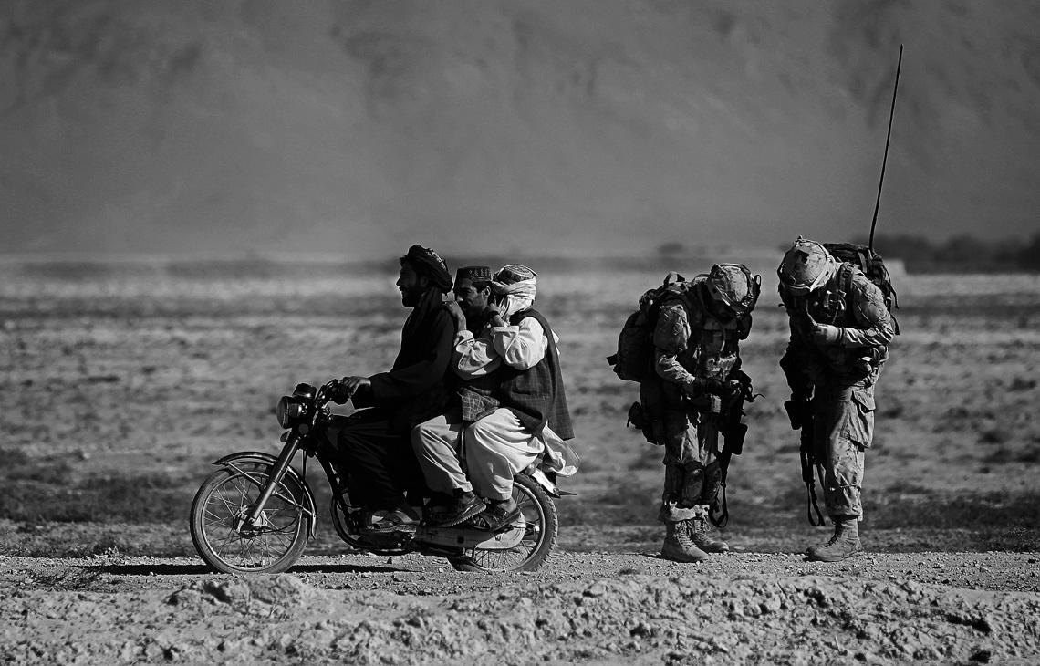 Αφγανοί άνδρες πάνω σε μοτοσικλέτα προσπερνούν καναδούς στρατιώτες που περιπολούν στην περιοχή Παντζούα του Αφγανιστάν, τον Σεπτέμβριο του 2010