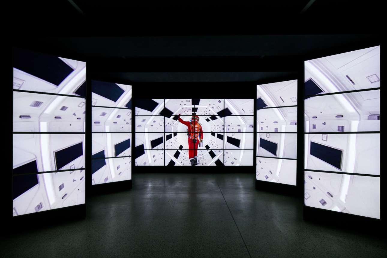 Μία εντυπωσιακή εγκατάσταση από οθόνες που δείχνουν σκηνές από ταινίες του Κιούμπρικ, υποδέχονται τον επισκέπτη στην είσοδο του μουσείου