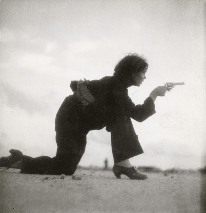 Γυναίκα-μέλος πολιτοφυλακής εκπαιδεύεται στην παραλία της Βαρκελώνης στην Ισπανία, τον Αύγουστο του 1936