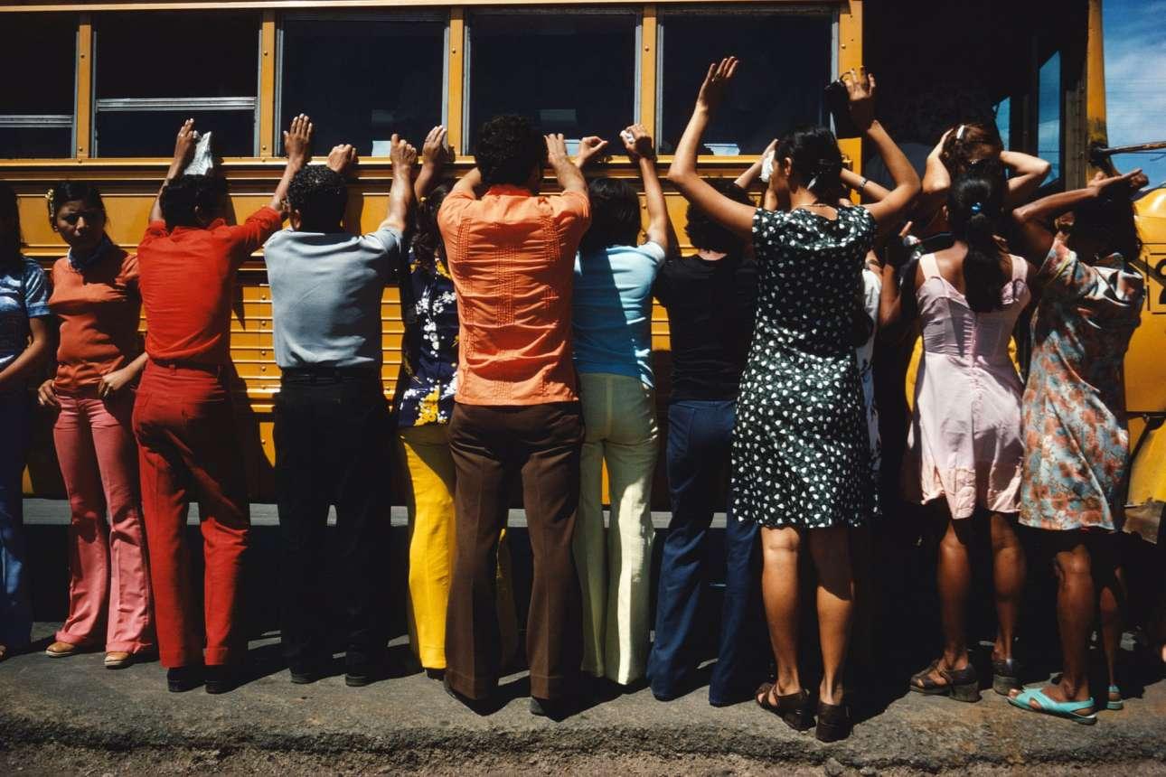 Η Αστυνομία ψάχνει όλους τους επιβάτες και ταξιδιώτες στο Ciudad Sandino της Νικαράγουας, το 1978