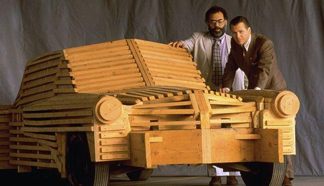 Με τον Τζεφ Μπρίτζες στο «Τάκερ: ο άνθρωπος και το όνειρό του» (1988). H ταινία για τον πρωτοπόρο της αυτοκινητοβιομηχανίας Πρέστον Τάκερ αδικήθηκε εμπορικά και σήμανε το τέλος του ονείρου του Κόπολα για ένα δικό του στούντιο