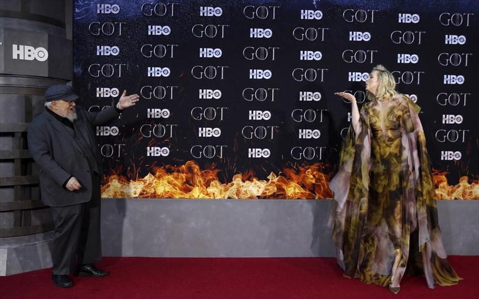 Πέμπτη, 4 Απριλίου, ΗΠΑ. Η πανύψηλη  Γκουεντόλιν Κρίστι, στέλνει ένα φιλί στον Τζορτζ Μάρτιν, συγγραφέα των βιβλίων του Game of Thrones, στην επίσημη πρεμιέρα του τελευταίου κύκλου της δημοφιλούς σειράς, που πραγματοποιήθηκε στην Νέα Υόρκη