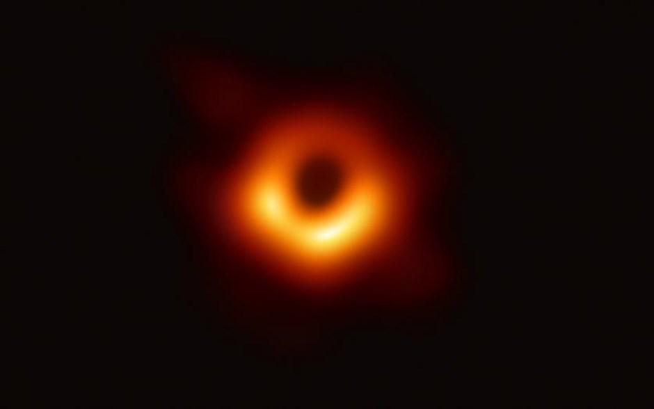 Πέμπτη, 11 Απριλίου. Και όμως υπάρχει. Δεν είναι πλάσμα της επιστημονικής φαντασίας. Είναι τρία εκατομμύρια φορές μεγαλύτερη από τη Γη. Η πρώτη φωτογραφία της μαύρης τρύπας, που υπάρχει στο κέντρο του γιγάντιου γαλαξία Μessier 87 (Μ87), τραβήχτηκε από ένα δίκτυο οκτώ τηλεσκοπίων σε όλο τον κόσμο