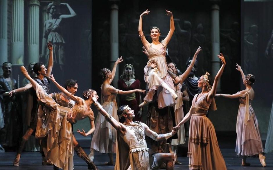 Τρίτη, 9 Απριλίου, Ρωσία. Τούρκοι ηθοποιοί παρουσιάζουν με αφορμή το Πολιτιστικό Eτος Τουρκίας την όπερα «Τροία» στην σκηνή του Θεάτρου Μπολσόι, στη Μόσχα