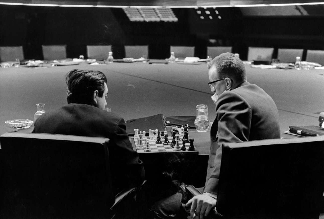 Στάνλεϊ Κιούμπρικ και Τζορτζ Σ. Σκοτ παίζουν σκάκι στην «Αίθουσα Πολέμου», σε διάλειμμα από τα γυρίσματα της ταινίας «SOS, Πεντάγωνο καλεί Μόσχα»