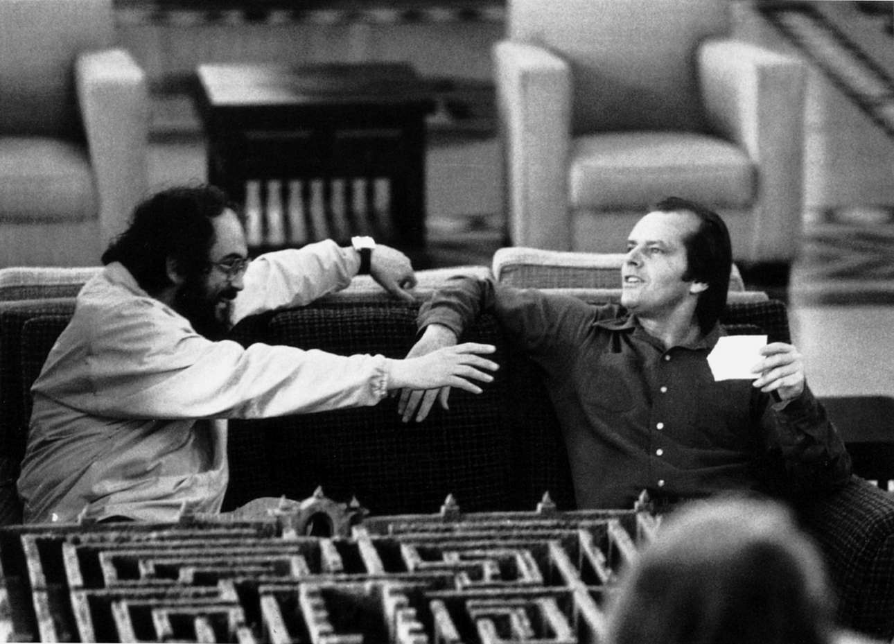 Μαζί με τον Τζακ Νίκολσον στα γυρίσματα της ανατριχιαστικής «Λάμψης». Μπροστά τους διακρίνεται η μακέτα για τον περίφημο κήπο - λαβύρινθο του ξενοδοχείου Overlook