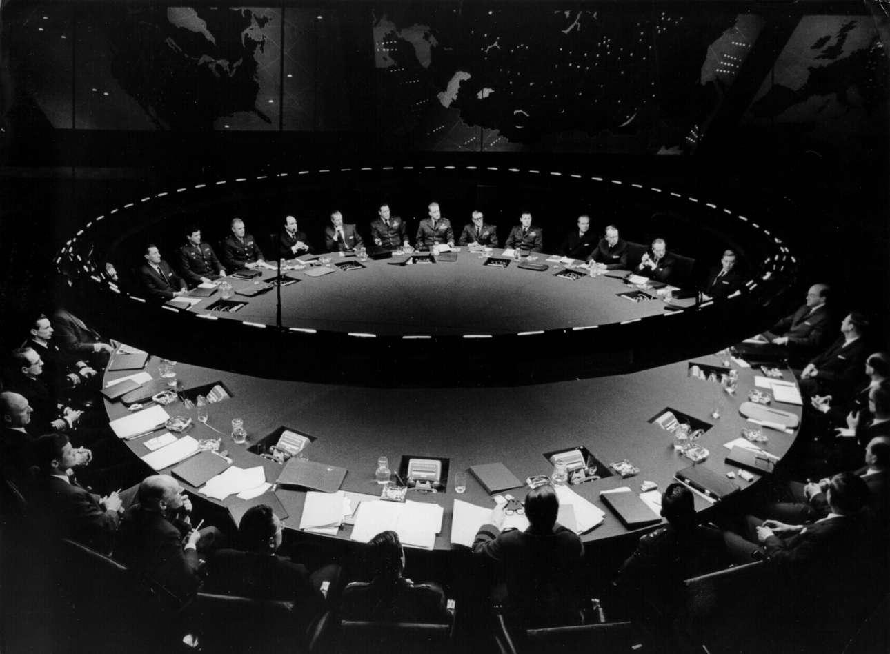 Και το ολοκληρωμένο σκηνικό: το μεγαλειώδες τραπέζι συνεδριάσεων στην «Αίθουσα Πολέμου», το οποίο έχει χαραχθεί στην κινηματογραφική μας μνήμη