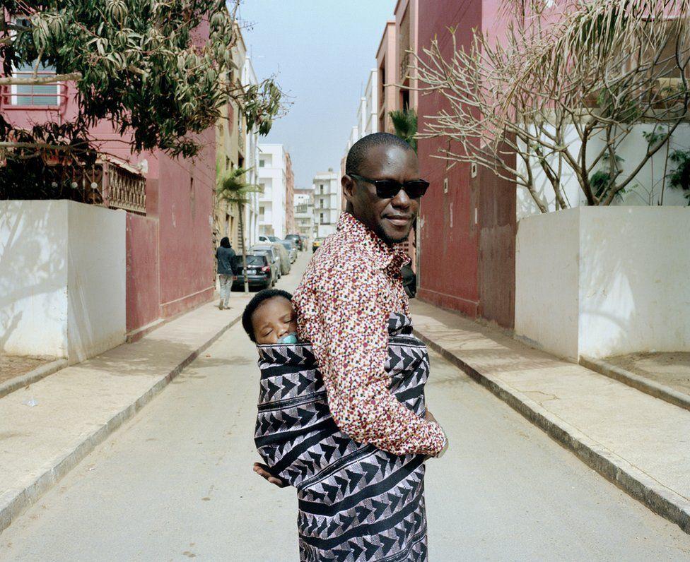 Πορτρέτα που εξετάζουν τον ρόλο του πατέρα στη Σενεγάλη, αιχμαλωτίζοντας άνδρες που συμμετέχουν στην εκπαίδευση, φροντίδα και ανατροφή του παιδιών τους, στον ίδιο βαθμό με τις μητέρες