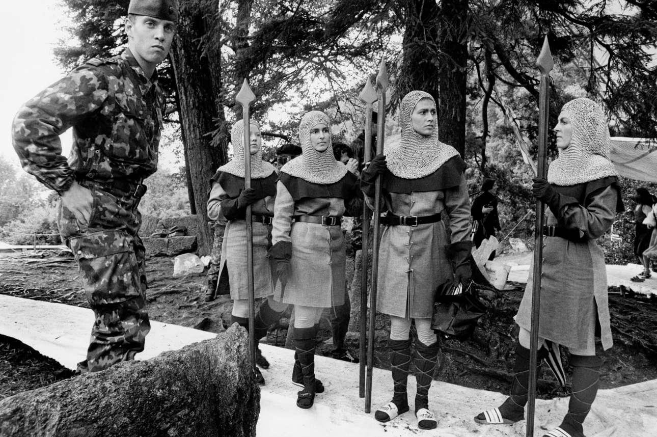 1 Αυγούστου του 1991. Γυναίκες ντυμένες μεσαιωνικοί στρατιώτες με λόγχες στα χέρια συμμετέχουν σε αναπαράσταση κατά τη διάρκεια της Εθνικής Γιορτής της Ελβετίας. Στα αριστερά τους στέκεται ένας πραγματικός στρατιώτης