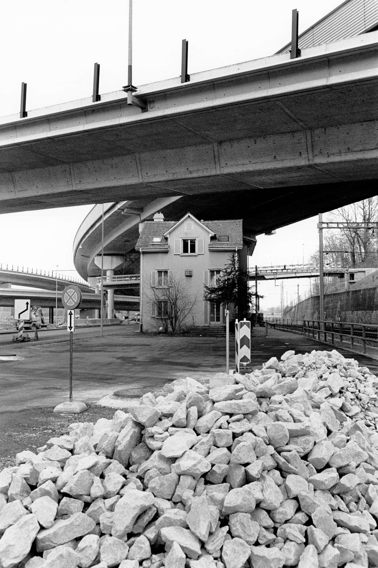 Ενα παλιό σπίτι στέκεται στη μέση της κατασκευής ενός νέου αυτοκινητόδρομου