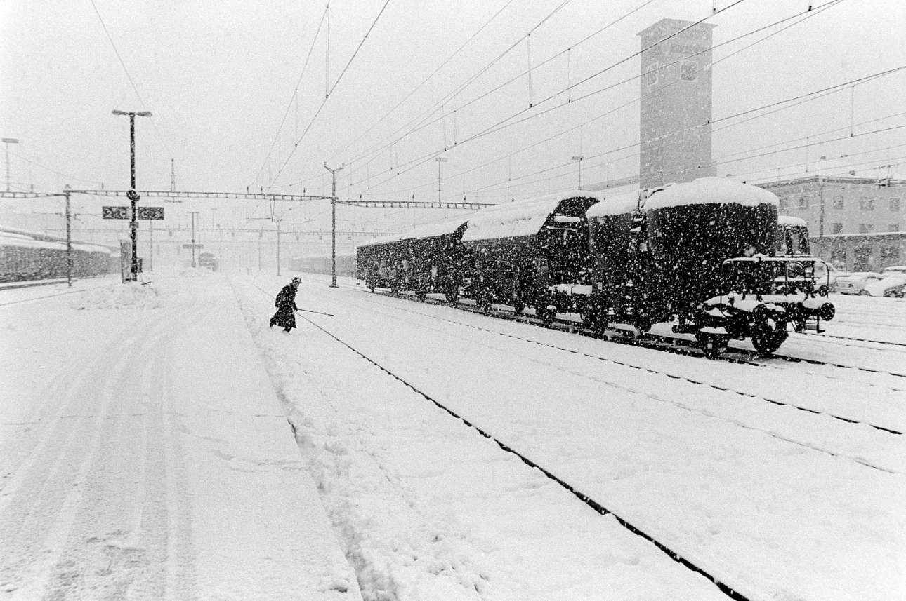 Βαριά χιονόπτωση προκαλεί προβλήματα σε ένα εμπορικό τρένο που αναγκάζεται να σταματήσει