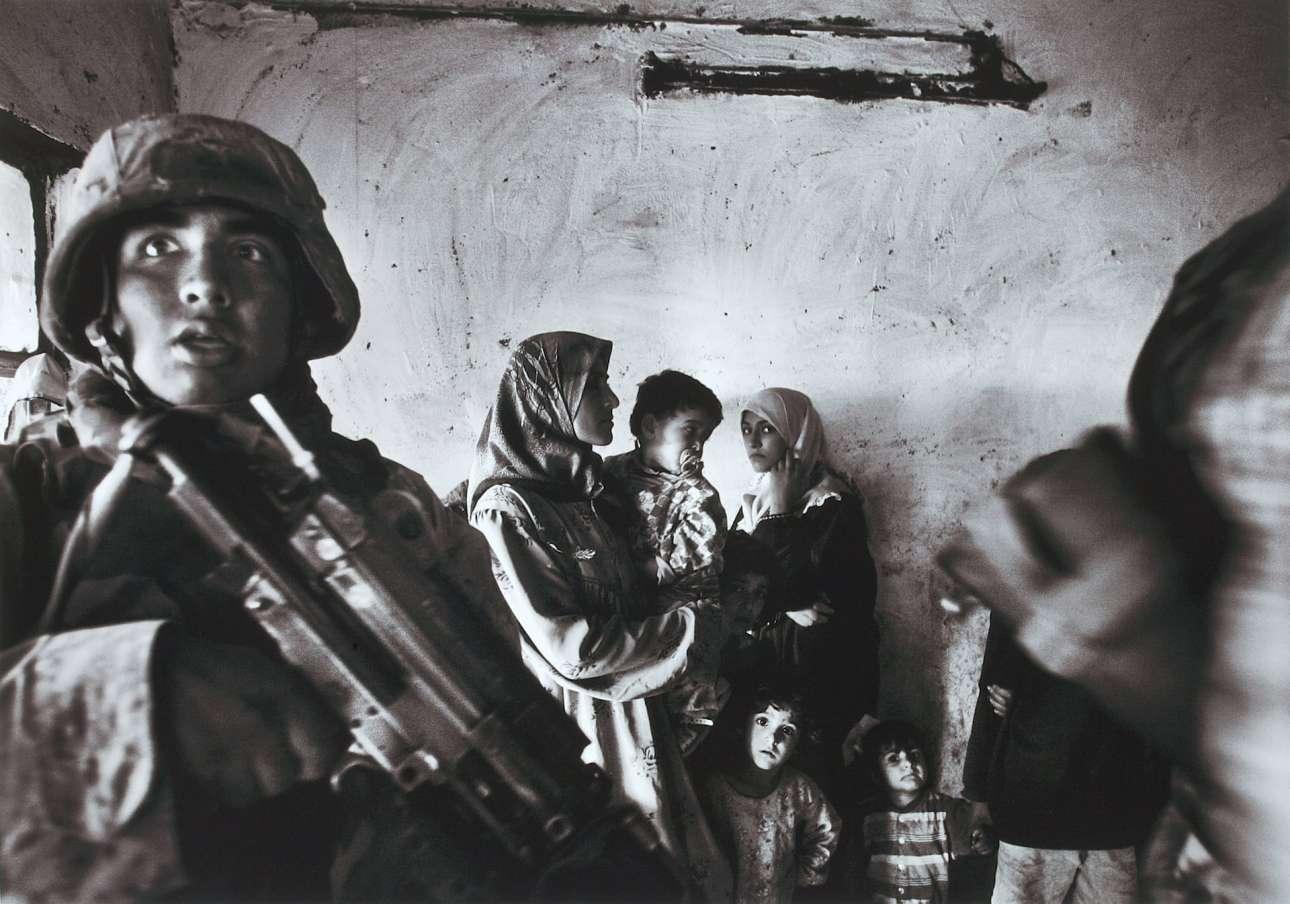 Αμερικανοί πεζοναύτες κάνουν έφοδο στο σπίτι ενός ιρακινού βουλευτή στην περιοχή Αμπού Γκράιμπ της Βαγδάτης, τον Νοέμβριο του 2004
