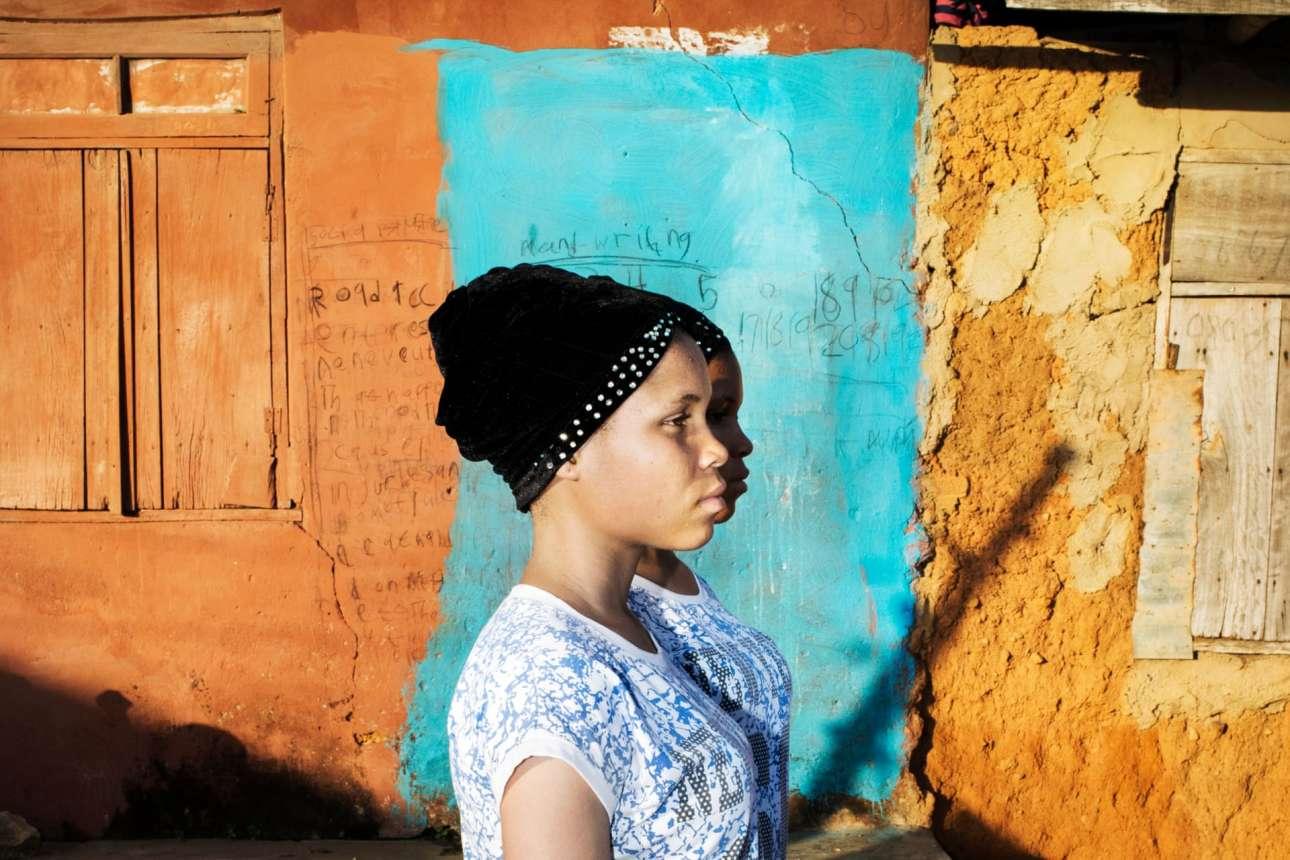 Νικητής στην κατηγορία Πορτρέτο (Ιστορίες). Ενα πρότζεκτ που εστιάζει στη μυθολογία γύρω από τα δίδυμα αδέλφια και τις παράδοξες πεποιηθήσεις που επικρατούν στη Νιγηρία. Η Δυτική Αφρική έχει περισσότερα δίδυμα από οποιαδήποτε άλλη περιοχή του κόσμου. Οι κοινότητες έχουν αναπτύξει πολιτιστικές πρακτικές που κυμαίνονται από την λατρεία μέχρι τη δαιμονοποίηση. Σε μερικές περιοχές το πνεύμα των διδύμων υμνείται ενώ σε άλλες τα δίδυμα διώκονται και σκοτώνονται γιατί πιστεύεται πως φέρνουν κακή τύχη