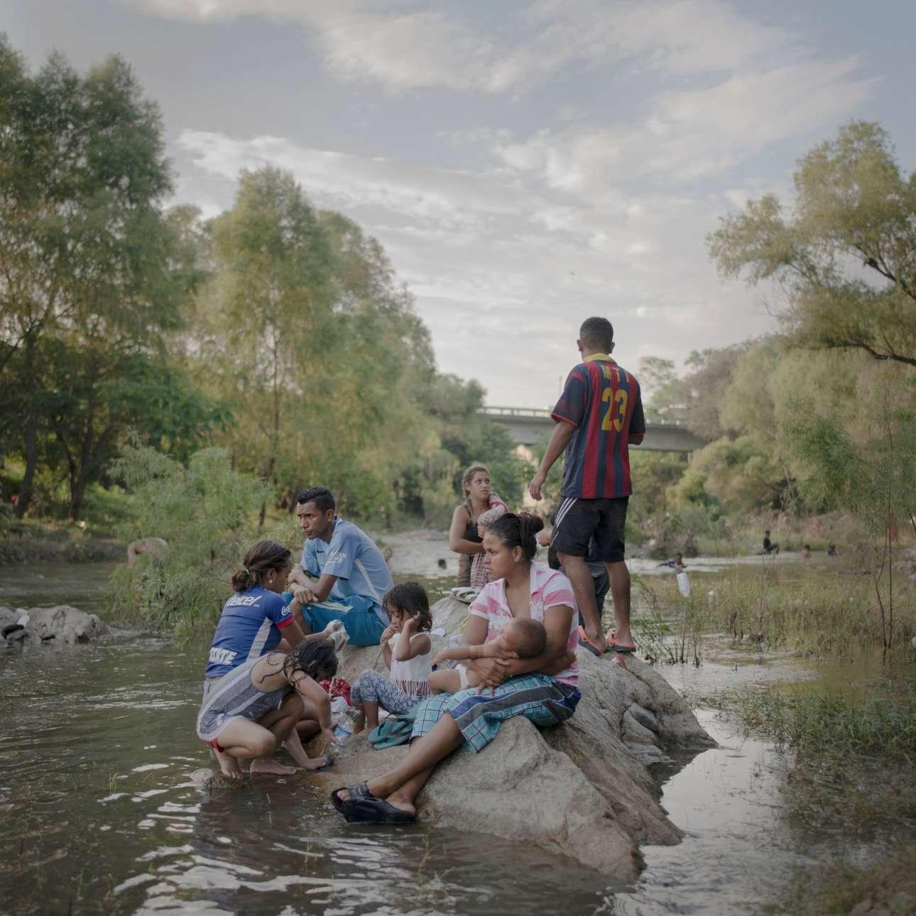 Πρώτη θέση στην κατηγορία Φωτορεπορτάζ της Χρονιάς. Κατά τη διάρκεια του Οκτωβρίου - Νοεμβρίου του 2018, χιλιάδες μετανάστες από την Κεντρική Αμερική εντάχθηκαν στα «καραβάνια» που κινούνταν προς τις ΗΠΑ, έπειτα από κάλεσμα μέσω καμπάνιας στα κοινωνικά δίκτυα