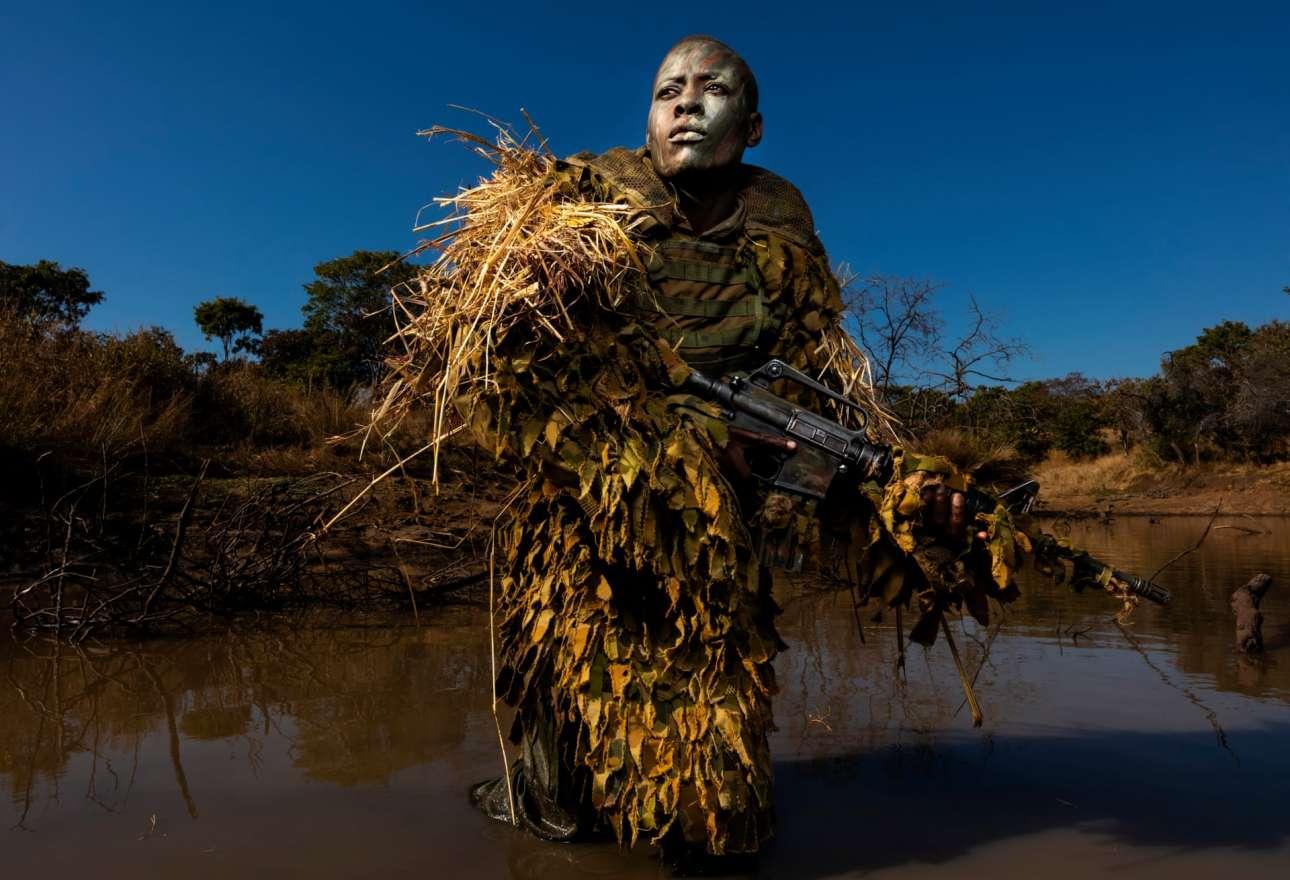 Πρώτη θέση στην κατηγορία Περιβάλλον. Η 30χρονη Πετρονέλα Τζιγκουμπούρα, μέλος της γυναικείας μονάδας εναντίον της λαθροθηρίας, εκπαιδεύεται σε πάρκο άγριας φύσης της Ζιμπάμπουε