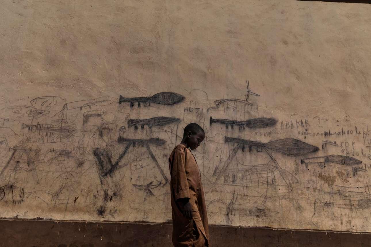 Νικητής στην κατηγορία Περιβάλλον (Ιστορίες). Η κρίση της λίμνης Τσαντ: ορφανά παιδιά, κυρίως προσφυγόπουλα από τη Νιγηρία ζουν μαζί σαν ομάδα στα  θρησκευτικά σχολεία. Κατά τη διάρκεια της ημέρας επαιτούν. Αυτά τα παιδιά, γνωστά ως Almajiri, ζουν στη περιοχή γύρω από λίμνη Τσαντ. Το μόνο που έχουν μάθει είναι τα όπλα και οι θάνατοι που ζωγραφίζουν στους τοίχους της πόλης