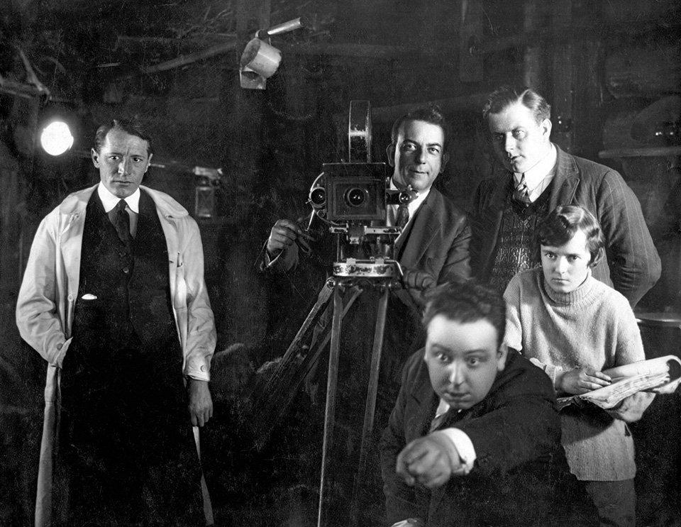 «Ο Αετός του Βουνού», 1926. Από τις ελάχιστες φωτογραφίες που κυκλοφόρησαν από την δεύτερη βωβή ταινία του Χίστκοκ. Στα δεξιά του διακρίνεται η Αλμα Ρεβίλ, η μέλλουσα σύζυγος του Χίτσκοκ, να κρατάει σημειώσεις