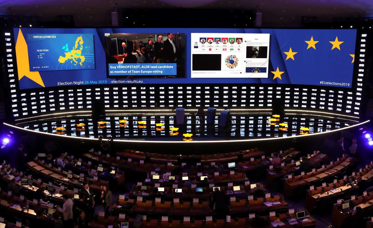 Βρυξέλλες, Βέλγιο. Η αίθουσα της ολομέλειας στο Ευρωπαϊκό Κοινοβούλιο είναι έτοιμη για την ανακοίνωση των αποτελεσμάτων των ευρωπαϊκών εκλογών