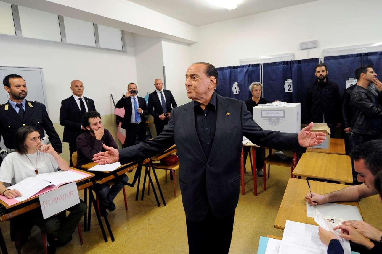 Μιλάνο, Ιταλία. Ο πρώην πρωθυπουργός της Ιταλίας Σίλβιο Μπερλουσκόνι δίνει το δικό του, προσωπικό σόου, αμέσως μετά τη ρίψη του ψηφοδελτίου του στην κάλπη των ευρωεκλογών