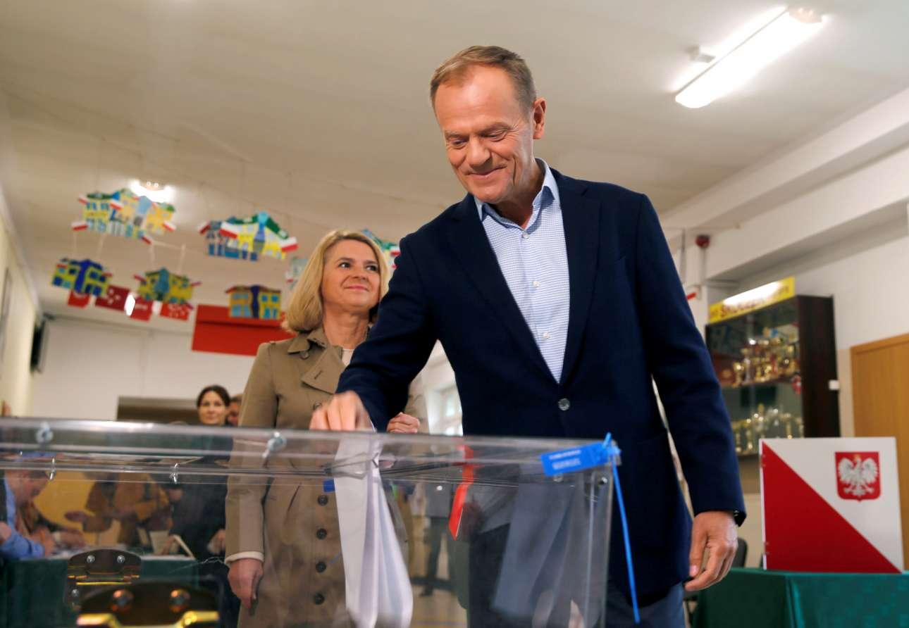 Σόποτ, Πολωνία. Ο πρόεδρος του Ευρωπαϊκού Κοινοβουλίου Ντόναλντ Τασκ, ετοιμάζεται να ασκήσει το εκλογικό του δικαίωμα στη λουτρόπολη Σόποτ της Βαλτικής Θάλασσας