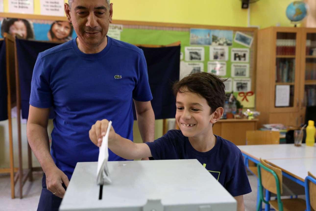 Λευκωσία, Κύπρος. Εκπαιδεύοντας τα παιδιά. Πατέρας στην Κύπρο άφησε το παιδί του να ρίξει στην κάλπη το φάκελο με τις πολιτικές του επιλογές