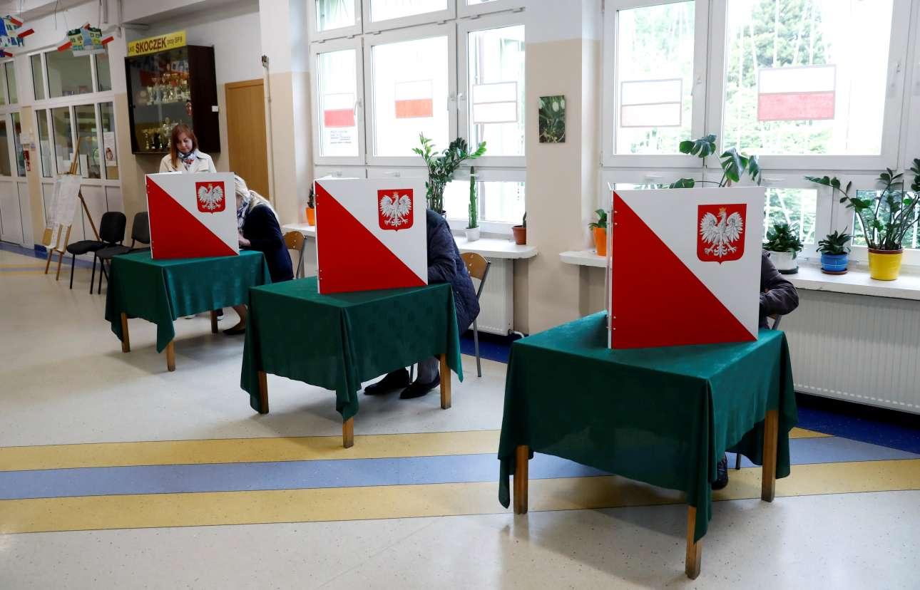 Σόποτ, Πολωνία. Τα παραβάν που διαφυλάσσουν το προσωπικό απόρρητο στις εκλογές, έχουν αντικατασταθεί στην Πολωνία από τα ντιζαϊνάτα παραπέτα που μοιάζουν με ανοιχτά βιβλία. Επίσης, οι ψηφοφόροι έχουν τη δυνατότητα να καθίσουν σε καρέκλα και να επιλέξουν με την ησυχία τους ψηφοδέλτιο