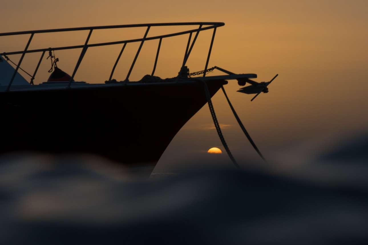 Νικητής στην κατηγορία Πάνω από το Νερό.  Μέσα από τη θάλασσα και καθώς ο ήλιος δύει, η φωτογράφος αιχμαλωτίζει ένα αγκυροβολημένο σκάφος σε μία πολύ όμορφη εικόνα