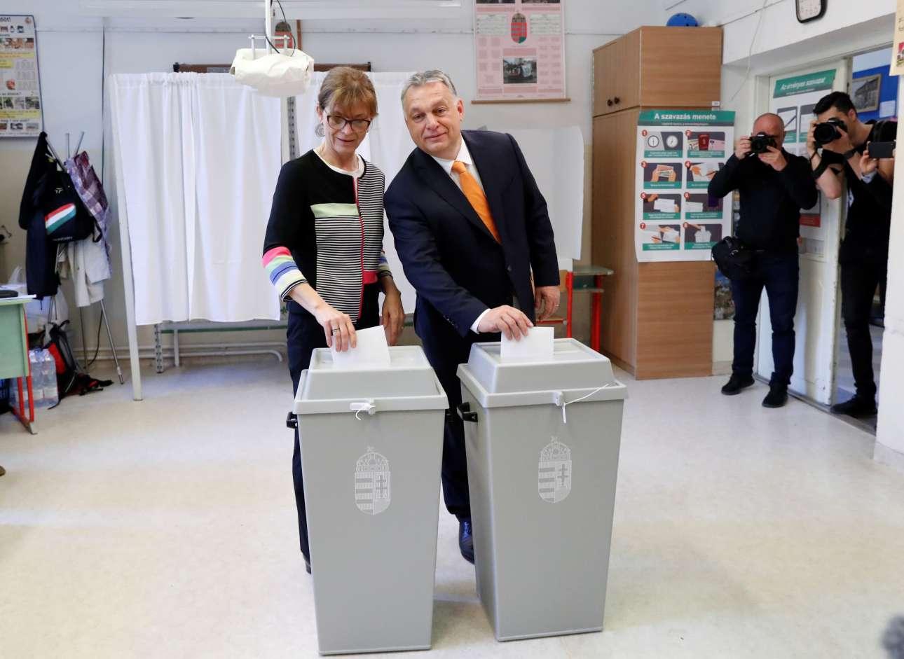 Βουδαπέστη, Ουγγαρία. Ο πρωθυπουργός Βίκτορ Ορμπαν και η σύζυγός του Ανίκο Λεβάι, ρίχνουν τις συγχρονισμένες ψήφους τους στις πελώριες κάλπες που έχουν στηθεί στη χώρα