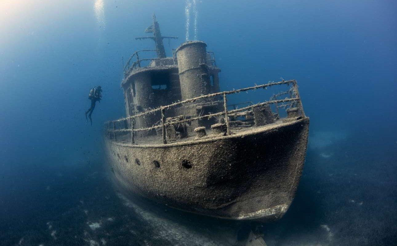 Νικητής στην κατηγορία Ναυάγια. Δύτης περιεργάζεται ναυαγισμένο πλοίο στο βυθό της Αλικαρνασσού (Μποντρούμ), στην Τουρκία