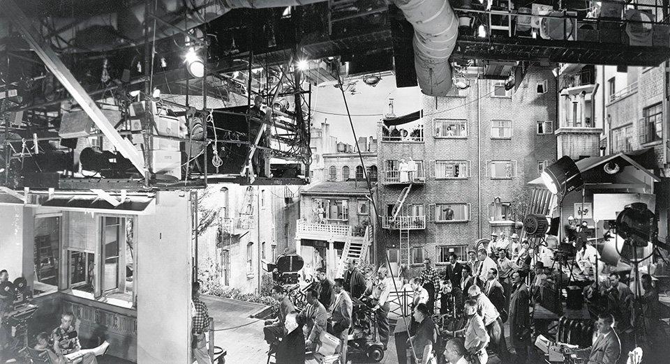 «Σιωπηλός μάρτυρας» (Rear Window), 1954. Μία εκπληκτική φωτογραφία που δείχνει την τεχνολογία και το σύνολο των ανθρώπων που συμμετείχαν στην παραγωγή ώστε να γυριστεί ο «Σιωπηλός μάρτυρας», μία ταινία που διαδραματίζεται σε ένα μόνο κινηματογραφικό σετ. Στο κέντρο διακρίνεται ο Χίτσκοκ που παρακολουθεί τον Τζέιμς Στιούαρτ (τέρμα αριστερά)