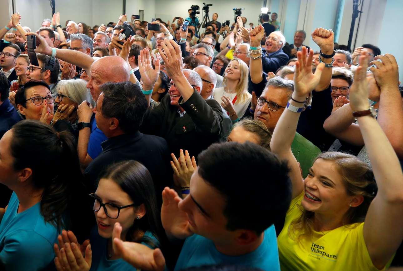 Βιέννη, Αυστρία. Οι υποστηρικτές του ομοσπονδιακού καγκελάριου της Αυστρίας Σεμπάστιαν Κουρτς, πανηγυρίζουν στα κεντρικά γραφεία του Αυστριακού Λαϊκού Κόμματος