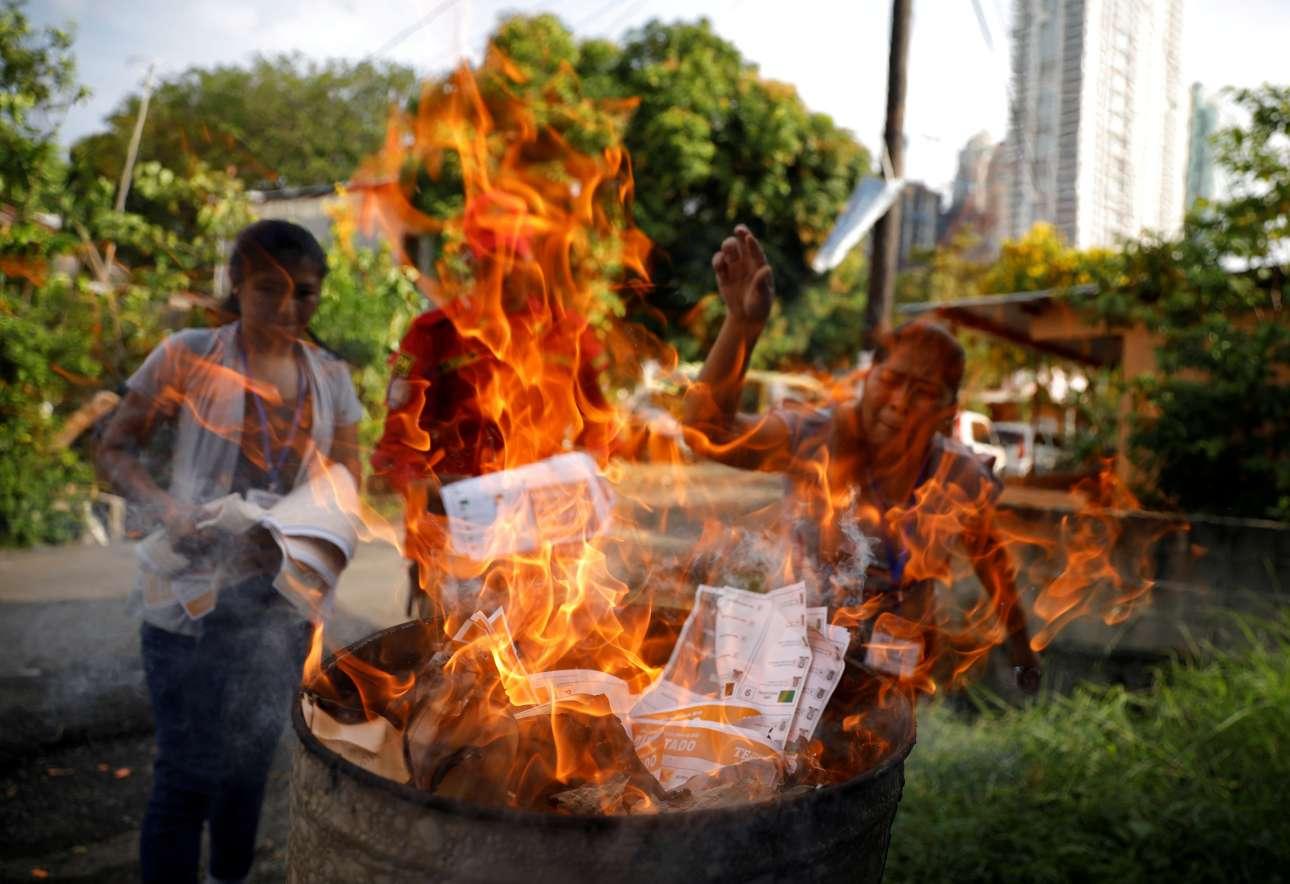 Δευτέρα, 6 Μαΐου, Παναμάς. Εκλογική αντιπρόσωπος στη γειτονιά Boca La Caja της Πόλης του Παναμά καίει ψηφοδέλτια που δεν χρησιμοποιήθηκαν στις προεδρικές εκλογές στις οποίες ανακηρύχθηκε νικητής ο Λαουρεντίνο «Νίτο» Κορτίσο